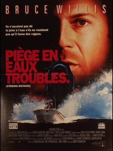 Affiche du film PIEGES EN EAUX TROUBLES - STRIKING DISTANCE